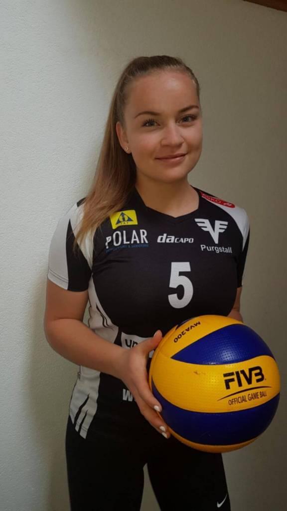 Teresa Wurzenberger, Zuspielerin beim ASKÖ Volksbank Purgstall mit schwarzem Trikot