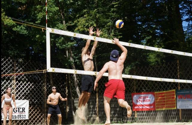 Beach-Volleyballturnier in Purgstall, Hit the Beach, Hannes Wurzenberger, am Block Aurel Pöchhacker, Verteidigung: Simone Luksch und Lorenz Pöchhacker. Aufgenommen vom ASKÖ.