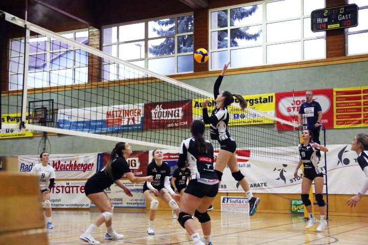 Simone Luksch im Angriff gegen Brückl, Volleyball Bundesliga